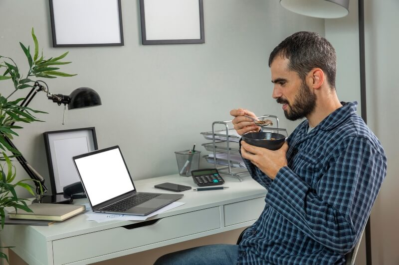 trabalho em casa tomando cafe (1)