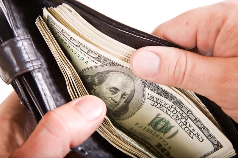 qual a melhor forma de transportar dinheiro em uma viagem
