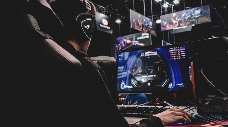 Imagem mostra um gamer em seu habitat natural