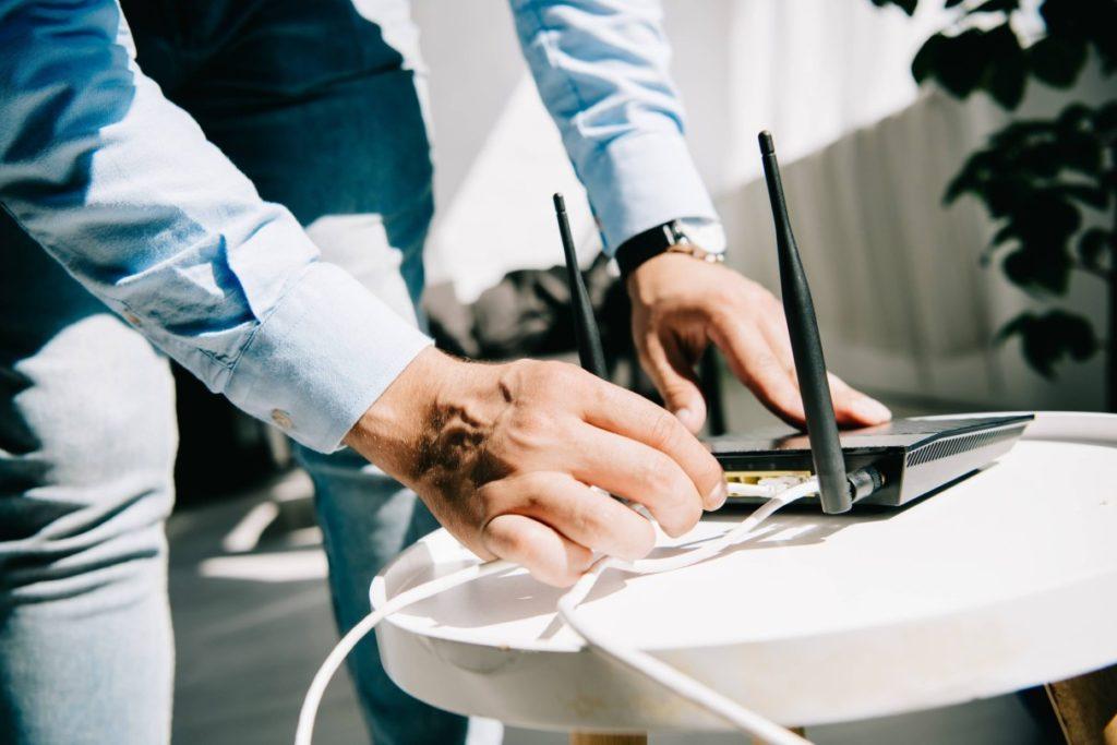 Pessoa aderindo a um dos melhores roteadores wifi para games online